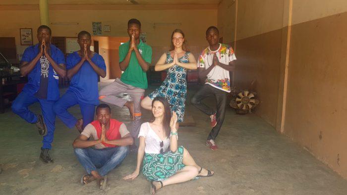 Ein letztes Bild mit einigen Azubis des Projekts. Angelehnt auf eine miteinander durchgeführte Yoga-Stunde